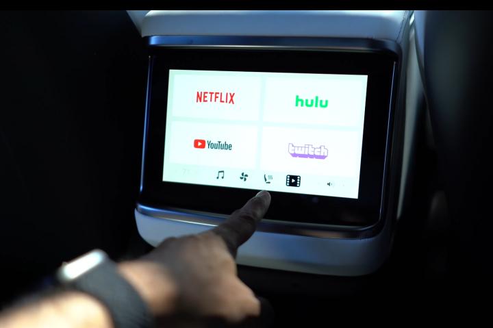 Model S/X 後座螢幕解密:邊開車邊看影片?冷氣出風口在哪?遊戲不見了?