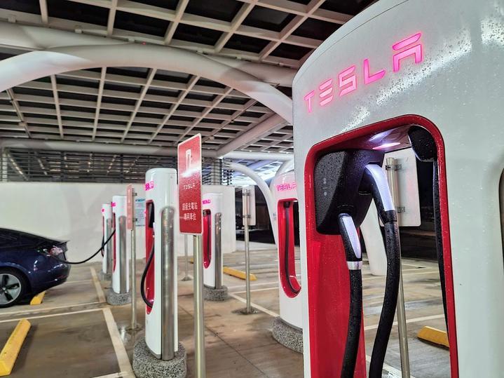 台灣特斯拉將在 2022 年底前於全台佈建 250 支 TPC 超級充電樁,當中有 65 支是 V3