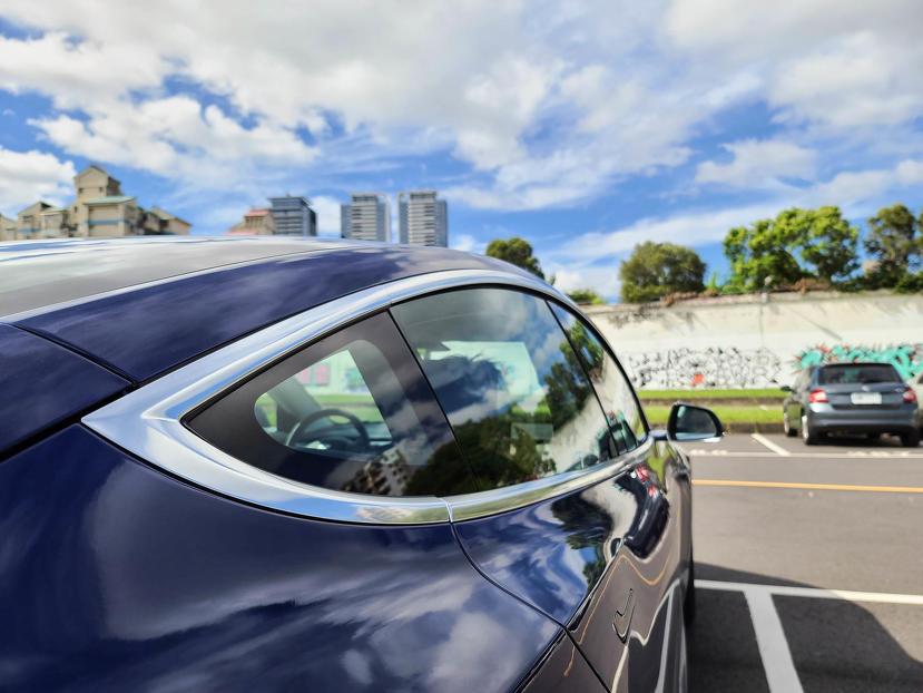 Model-3-鍍鉻窗框黑化的省錢方案:車窗裝飾條配件-自己動手貼使用心得-1