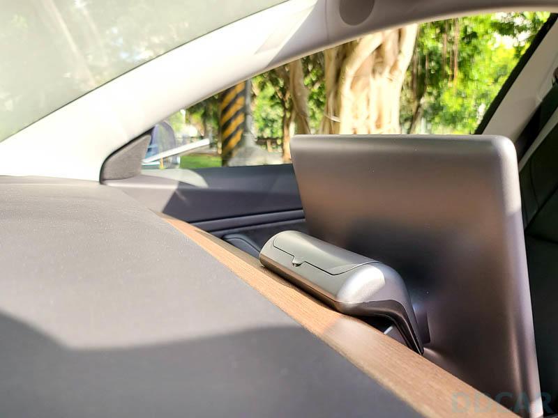 Model-3-車內新玩具:太陽眼鏡置物盒附加臨停電話號碼牌功能,活用空間的又一創意小物-1